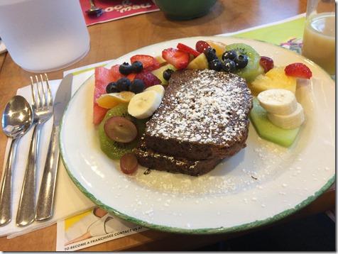 仕事終わりに同僚20人くらいと朝ごはんを食べに行ったときのチョコバナナフレンチトースト